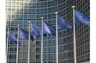Europafahnen vor der EU-Kommission Brüssel9
