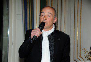 Thierry Auzer recevant le Prix pour La Caravane des Dix Mots