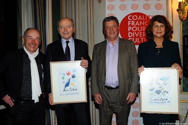 Les Lauréats: Thierry Auzer pour la Caravane des Dix Mots, Jacques Toubon, et Silvia Costa, entourant Pascal Rogard